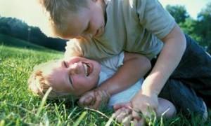 boys-play-fighting